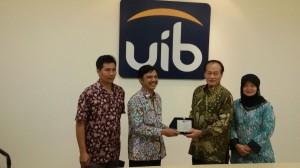 2. Penyerahan plakat kepada Rektor UIB