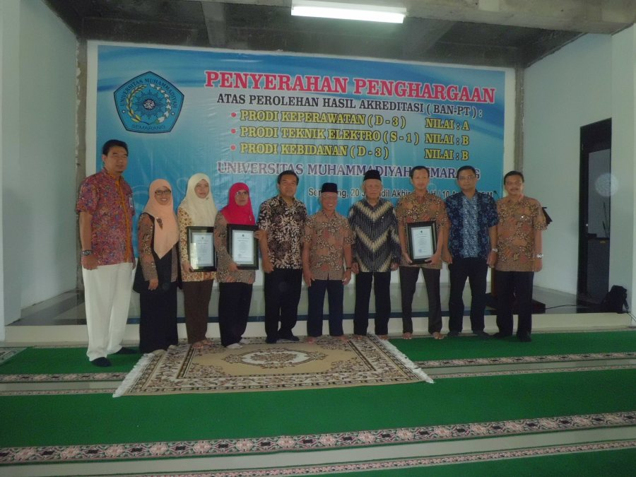 Penyerahan sertifikat penghargaan kepada tiga Program Studi