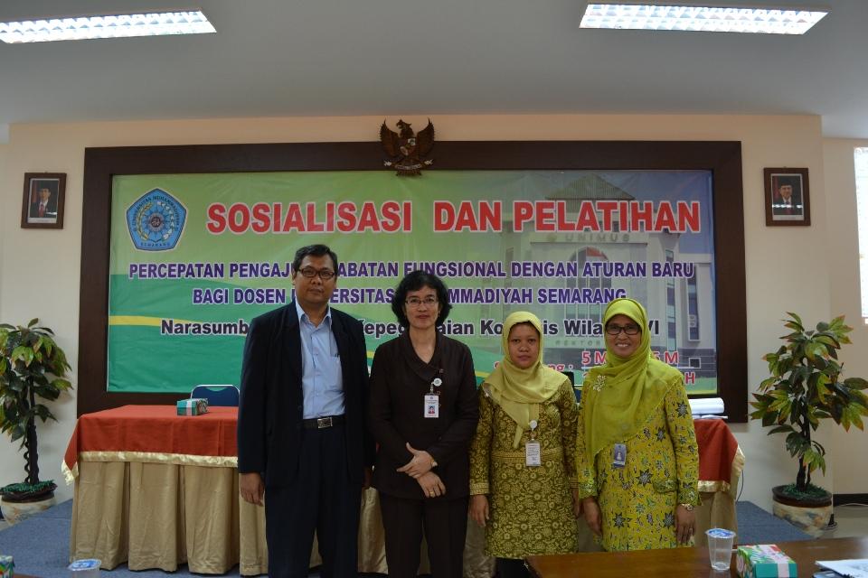 Narasumber dari Kopertis wilayah VI berfoto bersama Wakil Rektor I dan II Unimus