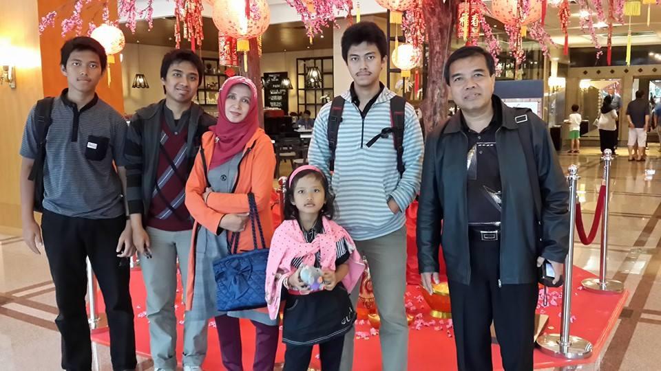 Prof. Dr. H. Masrukhi, M.Pd., dan KeluargaKeluarga Masrukhi Rektor Unimus Periode 2015-2019