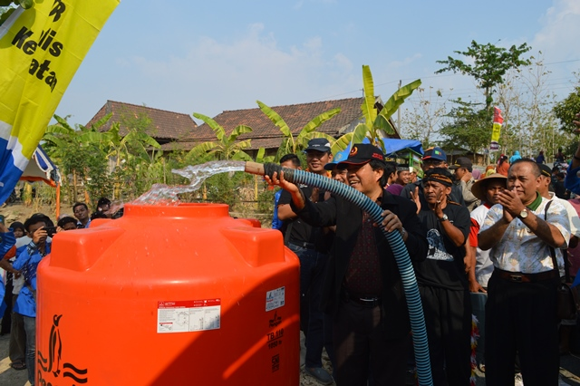 Penyerahan air bersih oleh Rektor