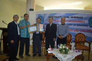 Penyerahan souvenir kepada Prof. Dr. Dzuljastri Abdul Razak
