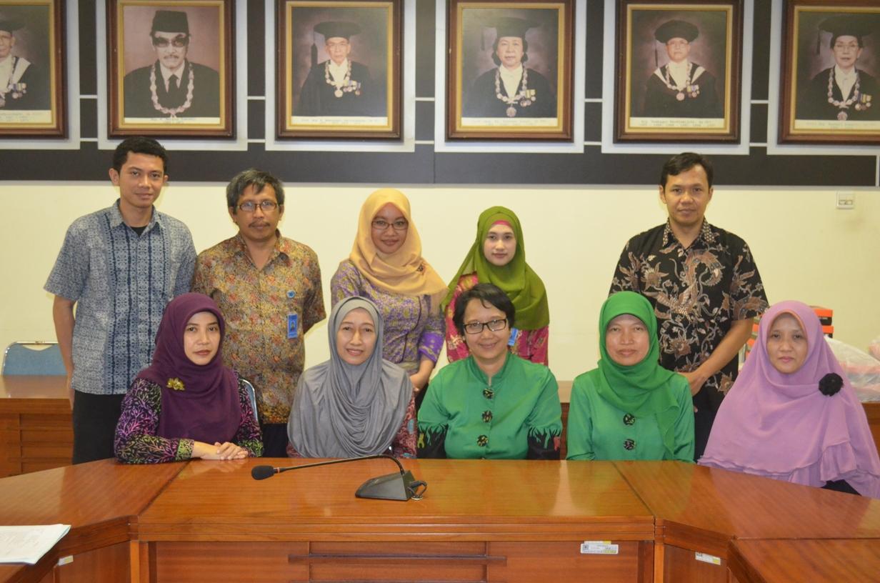 Wakil Dekan Bidang Akademik FKG UGM drg. Diatri Nari Ratih, M.Kes, Sp.KG, Ph.D. , Pejabat FKG UGM bersama Tim Benchmarking FKG Unimus