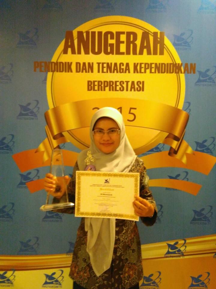 Siti Munawaroh, A.Md. finalis tenaga administrasi akademik berprestasi tingkat nasional dari Prodi D III KebidananUnimus
