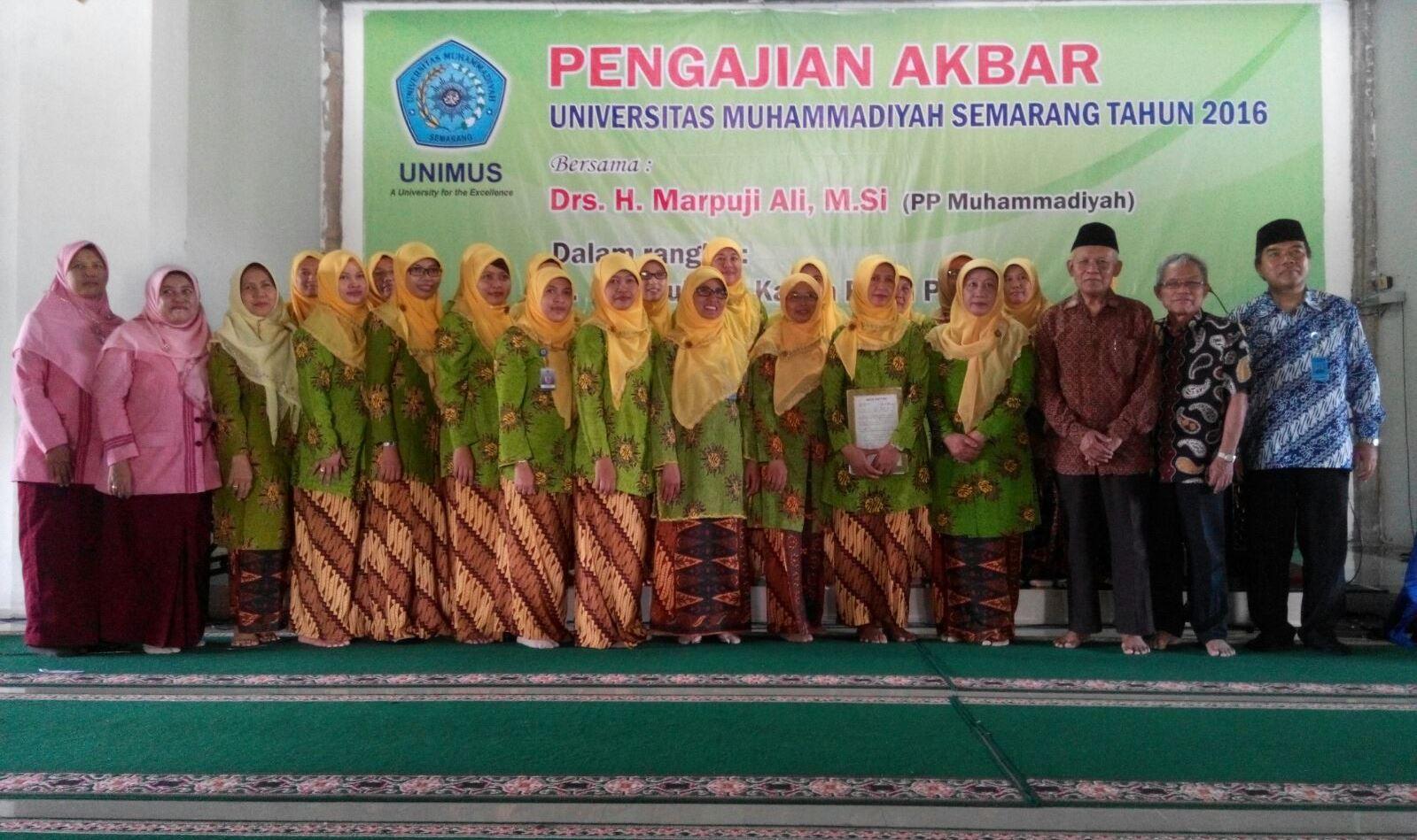 Pengurus Aisyiyah Komunitas Unimus berfoto bersama Rektor, Ketua PWM dan Ketua BPH