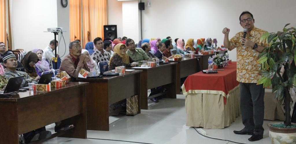 Penyampaian materi oleh Prof. Ocky Karna Radjasa, Ph. D Kepada Semua Dosen Unimus