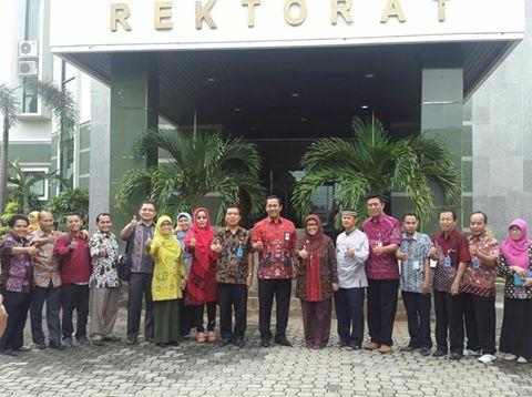 Walikota Semarang Hendrar Prihadi bersama Rektor Unimus Masrukhi dan segenap Pimpinan Unimus di depat Gedung Rektorat Unimus