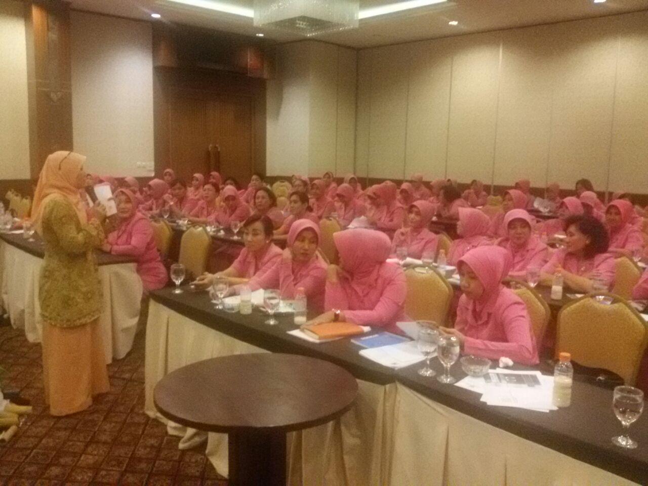Dosen Teknologi Pangan Unimus dalam Suasana Melatih Pengolahan Ikan Bersama Bayangkari Kota Semarang
