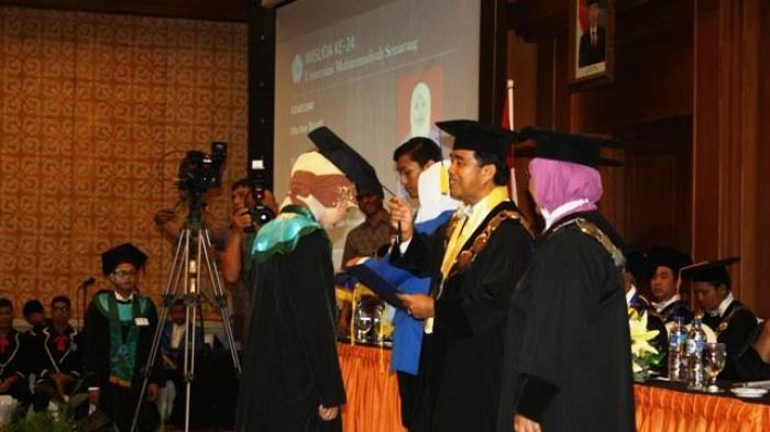 Rektor didampingi Wakil Rektor mewisuda wisudawan terbaik