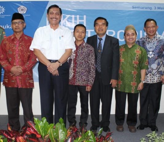 Foto bersama Menko Polhukam, Pangdam IV Diponegoro, Kapolda Jateng, Ketua BNPT, Ketua Umum PP Muhammadiyah, Direktur Maarif Institut dan Rektor Unimus