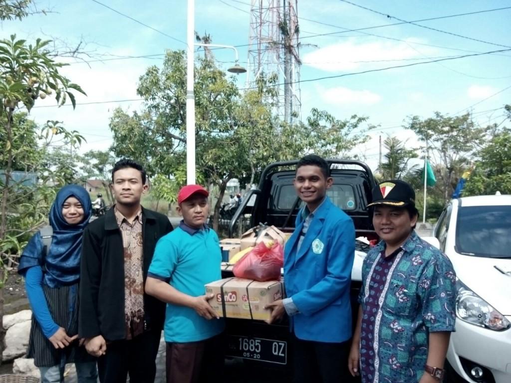 Penyerahan bantuan kepada korban Genuk