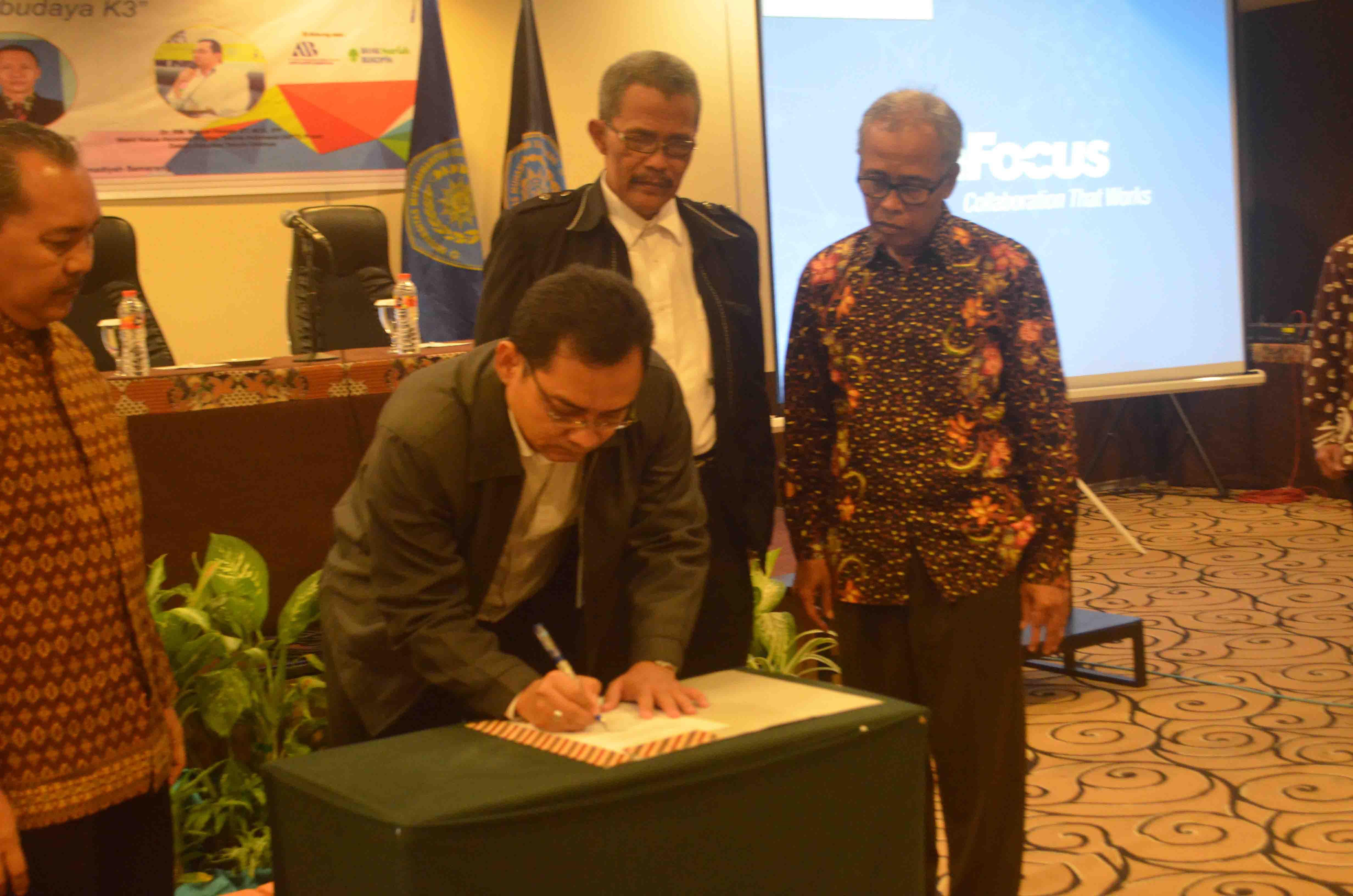 Dekan FT Unimus penandatangan Naskah Pencanangan Keselamatan & Kesehatan Kerja dengan disaksikan WR 3 dan Ka. PWM MLH Jateng