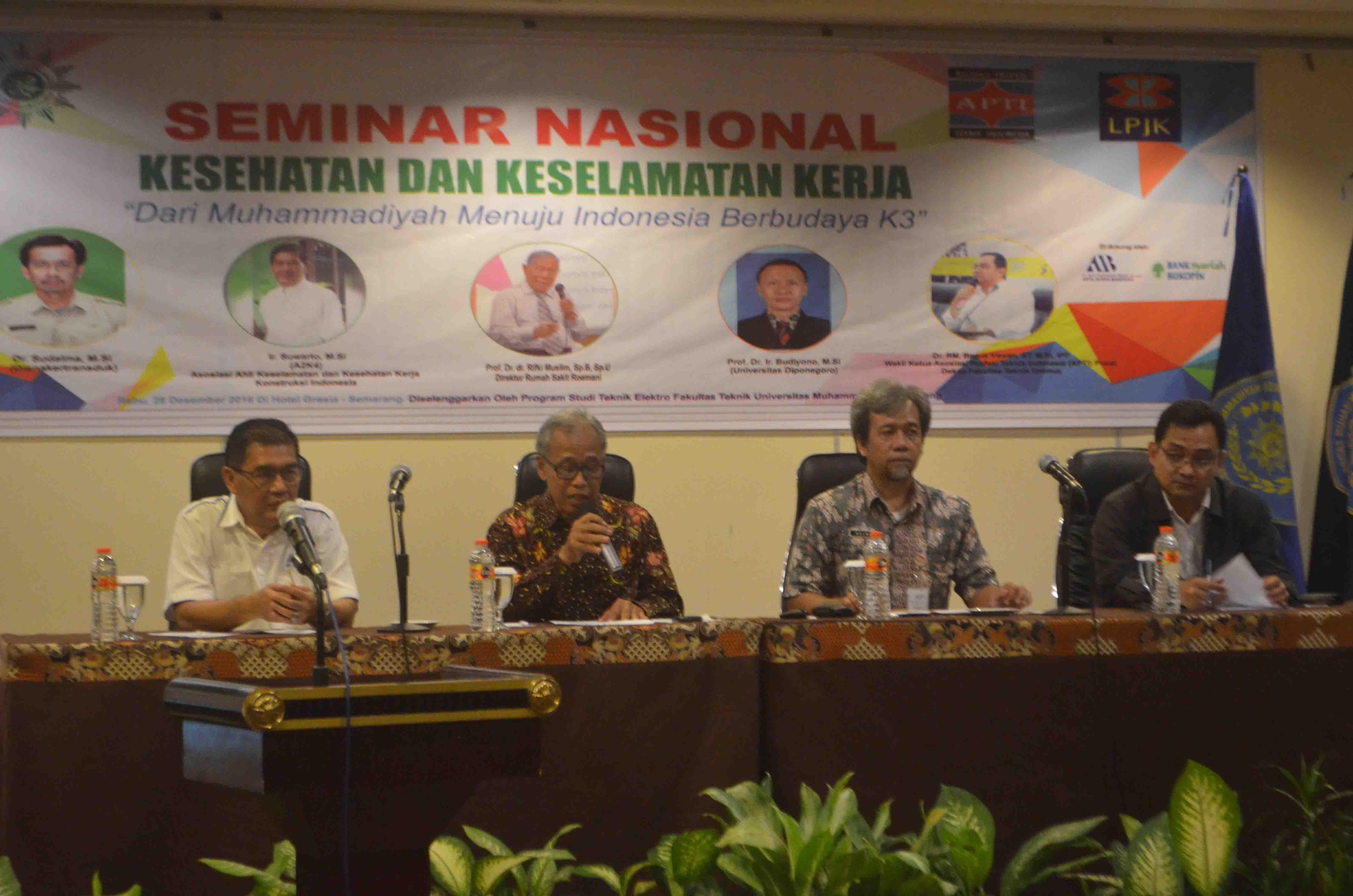 Dekan Fakultas Teknik (Kanan) bersama Perwakilan dari K3, LPJK JAwatengah, dan PWM MLH Jawa Tengah.