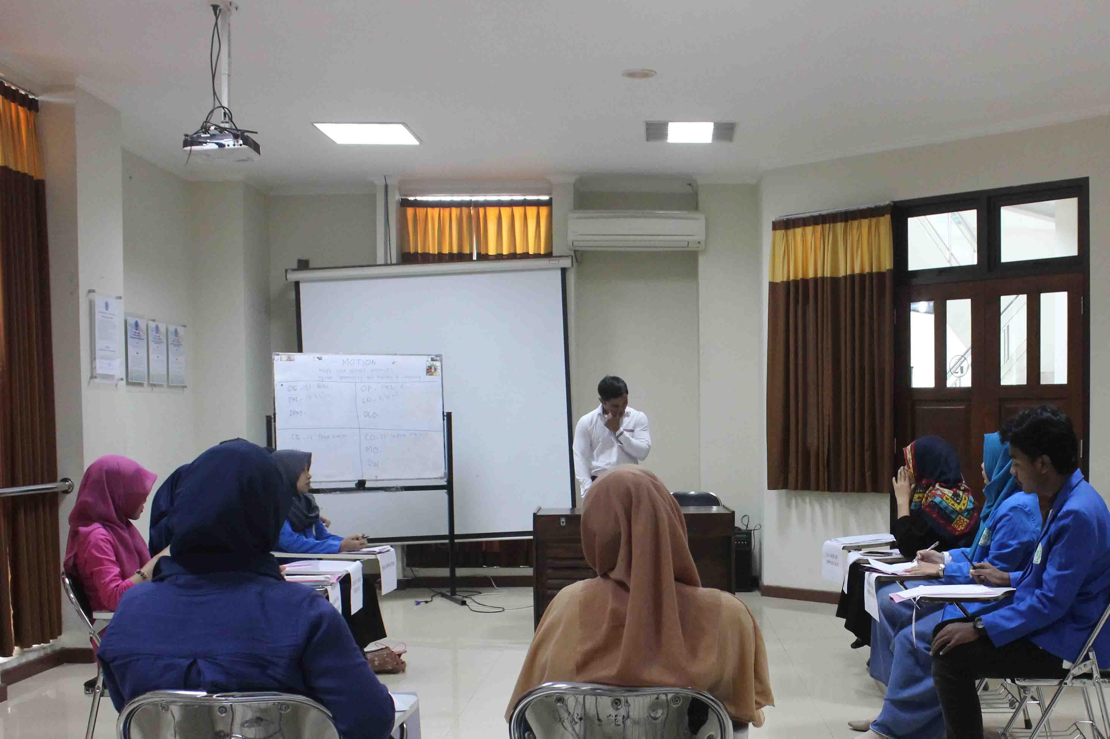 Suasana lomba Unimus English Debating Championship