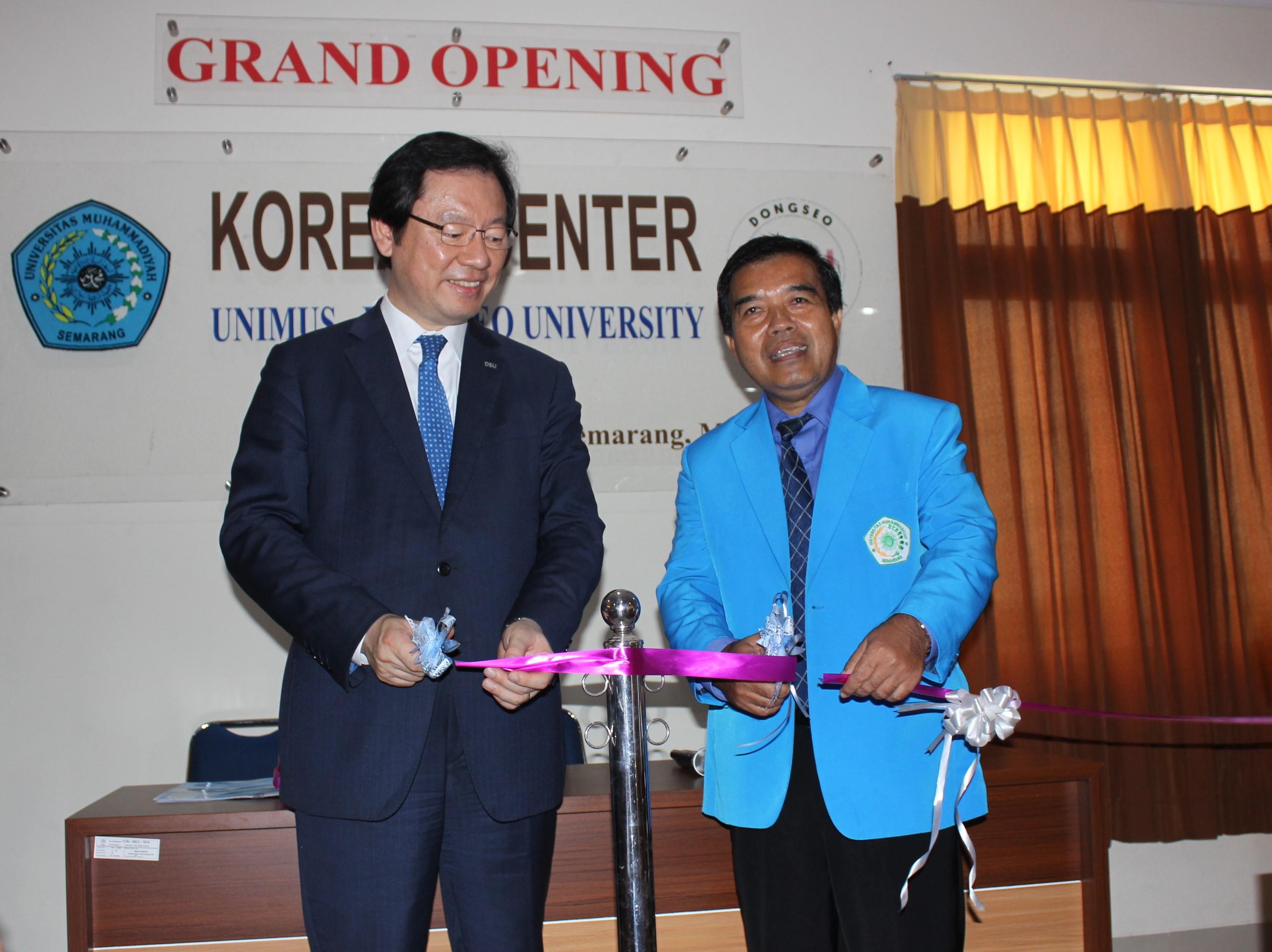 1.Pemotongan Pita sebagai tanda perseminan Korean Center oleh presiden DSU dan Rektor Unimus