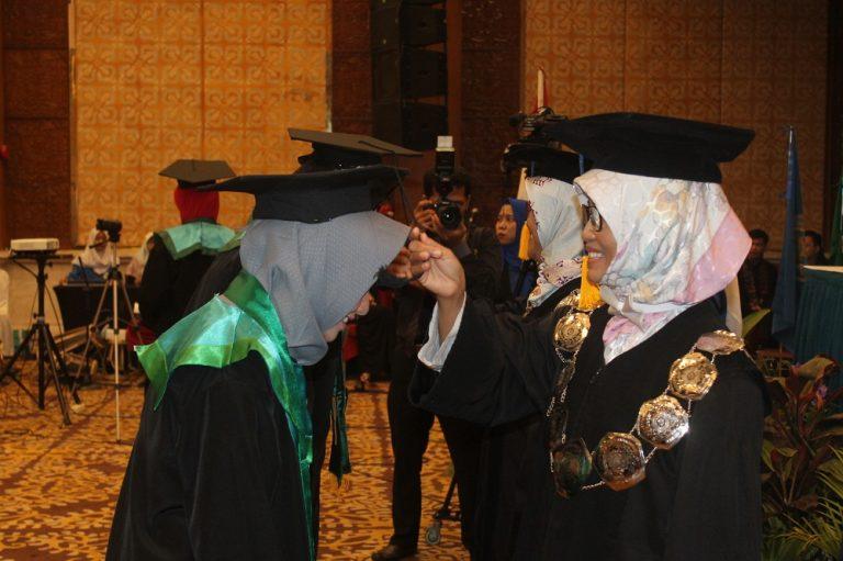 Wakil Rektor II dan Wakil Rektor III  mewisuda wisudawan