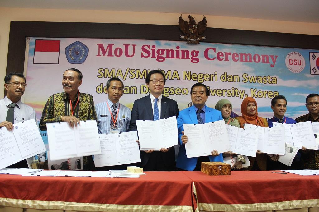 Presiden DSU, Rektor Unimus bersama Kepala Sekolah SMA/SMK Usai penandatanganan MoU-MoA