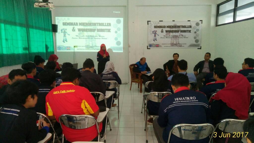 Mahasiswa mengikuti seminar dan workshop Robotik