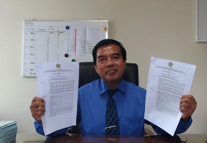Rektor Unimus menunjukkan SK hasil akreditasi FK Unimus dari LAM PT-Kes