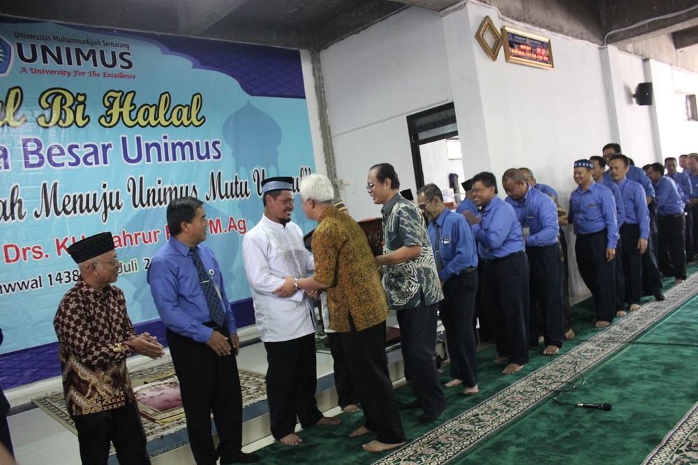 Suasana Halal Bi Halal Civitas Akademika Unimus dengan saling bersalaman