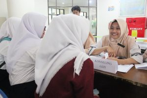 طلاب التغذية يشرحون لزوار المعرض