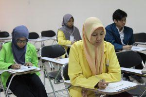 المشاركون في فئة الطلاب يعملون على الأسئلة بشكل فردي