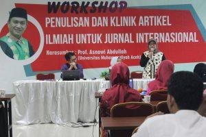 نائب رئيس الجامعة للشؤون الأكاديمية افتتحت الحفل ألقت محاضرة عن منح المنح العلمية